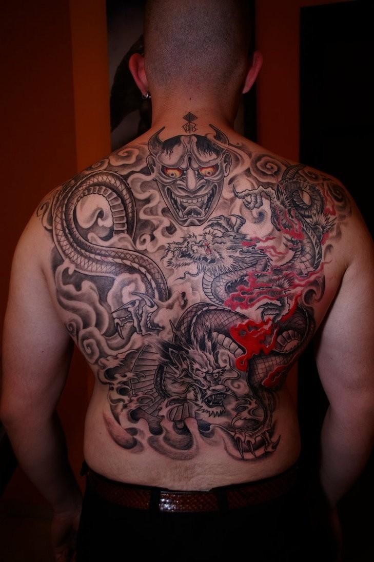 Tatuaggio terribile sulla schiena il dragone grande