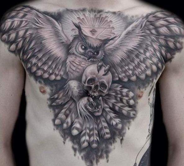 grande gufo vola con cranio e simboli massonici tatuaggio sul petto