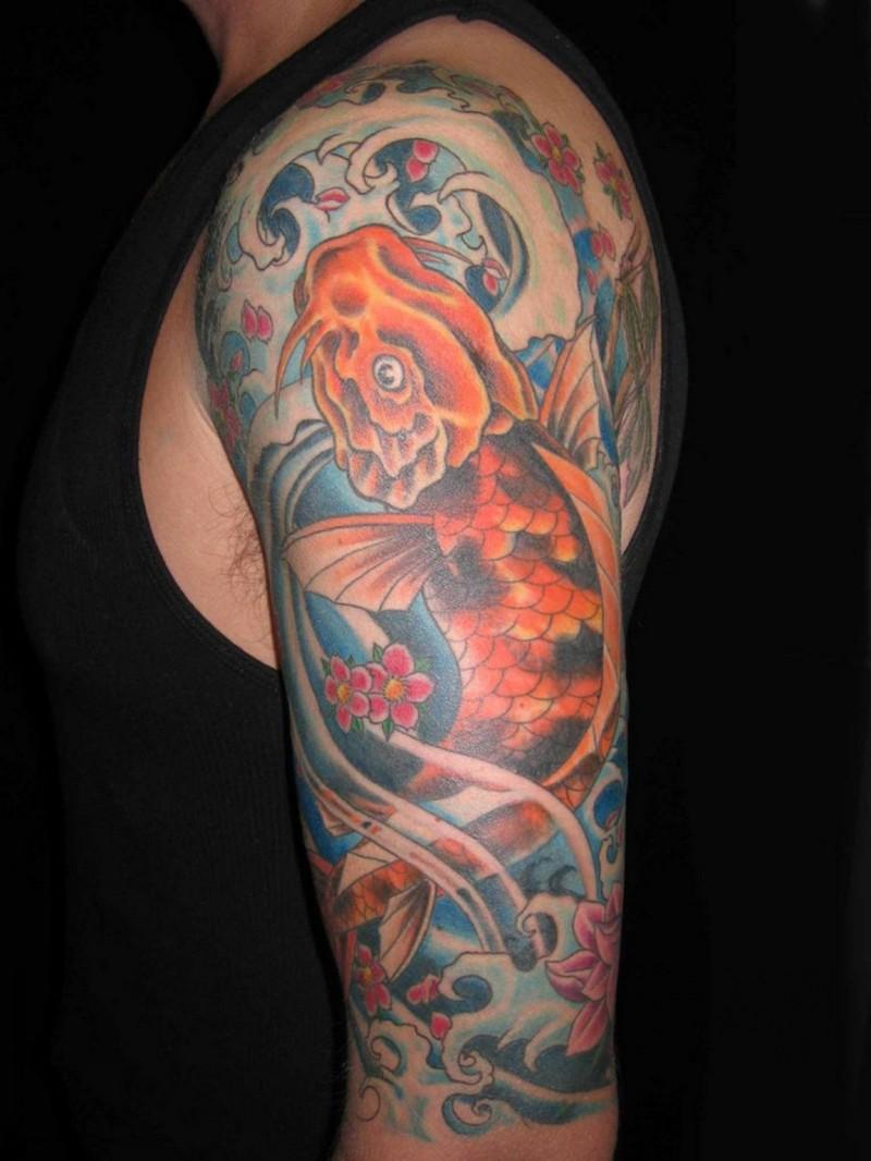 grande pesce d&quotoro in oceano tatuaggio a mezza manica