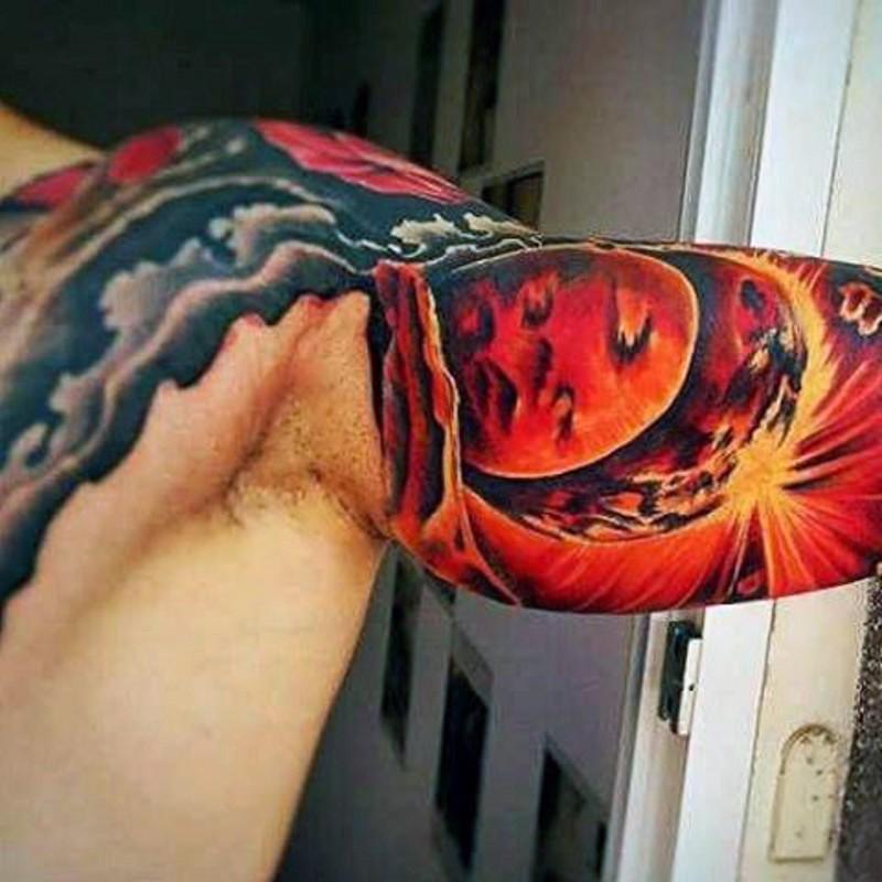 grande verniciato colorato grande spazio tatuaggio su bicipite