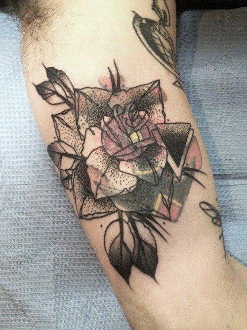 Tatuaje  de rosa abstracta en el brazo, tinta negra