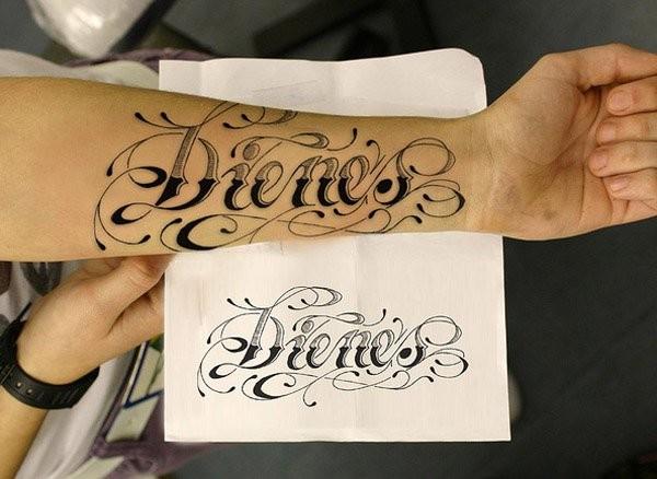 grande dipinto semplice inchiostro nero lettere tatuaggio su braccio