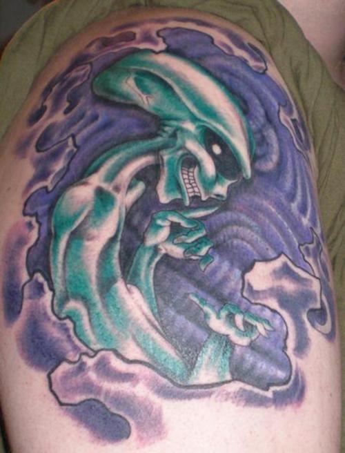 aliene verde tatuaggio sulla spalla
