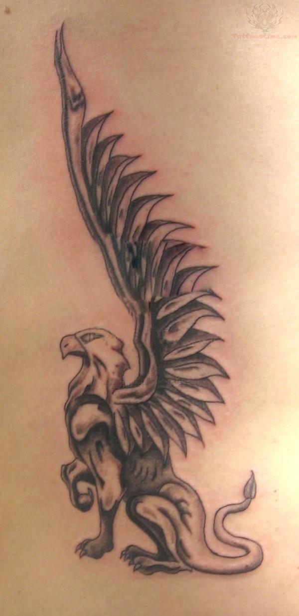 particolare grifone con grandi ali tatuaggio su schiena