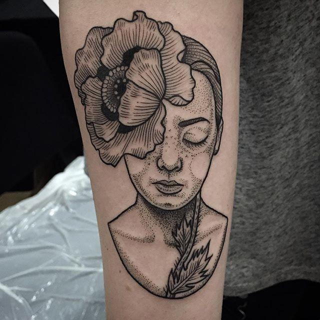 Groteskes Dame Porträt mit großer Mohnblume am Kopf Tattoo am Unterarm in Originaltechnik