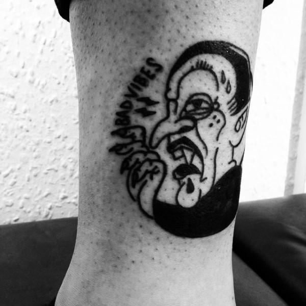 Tatuaje en el tobillo,  drácula de cómics, tinta negra