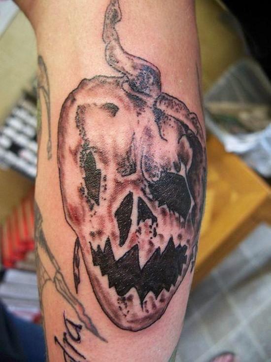 Tatuaje en el brazo, calabaza  tenebrosa marchita