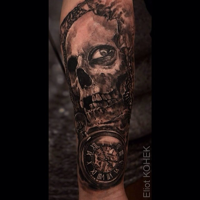 Stile horror dipinto da Eliot Kohek tatuaggio di teschio umano con orologio