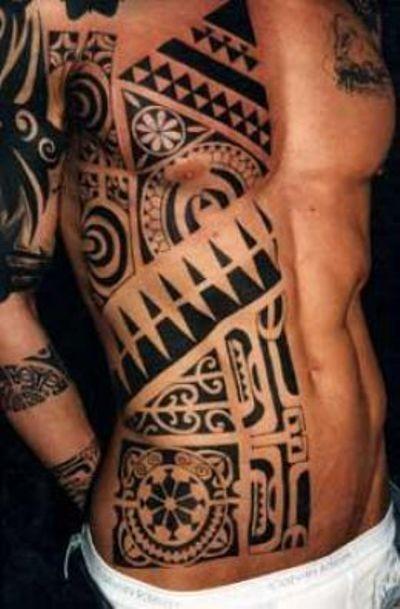 eccezionale bianco e nero ornamento polinesiano tatuaggio su meta di corpo