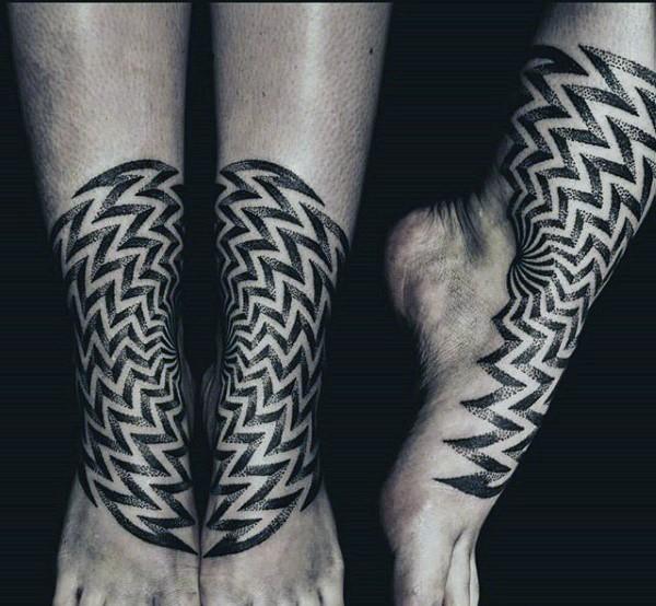 Tatuaggio dell&quotornamento stile dotwork ipnotico sulle gambe