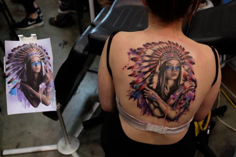 Illustrativer Stil Farbige Indianische Frau Mit Helm Tattoo Am