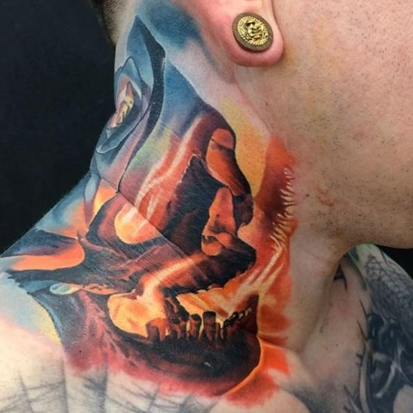 Tatuaggio del cranio con le fiamme colorato in stile illustrativo