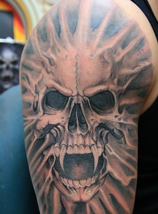 Tatuaje en el brazo, cráneo horroroso de vampiro 3D