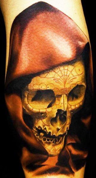 impressionante disegno colorato cranio Messicano in cappuccio tatuaggio su braccio