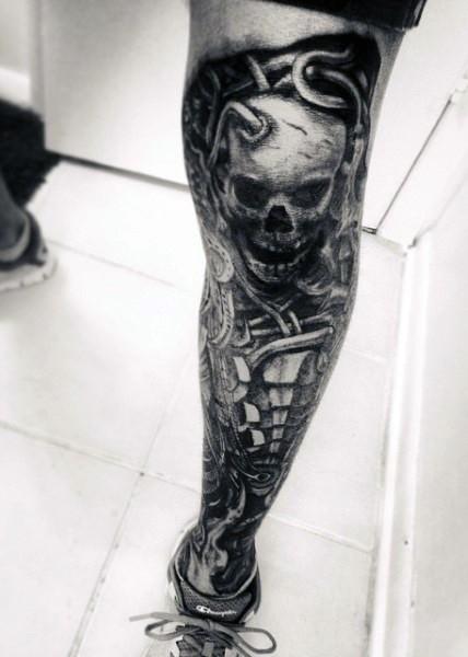 Tatuaje en la pierna, esqueleto horroroso de colores oscuros ...