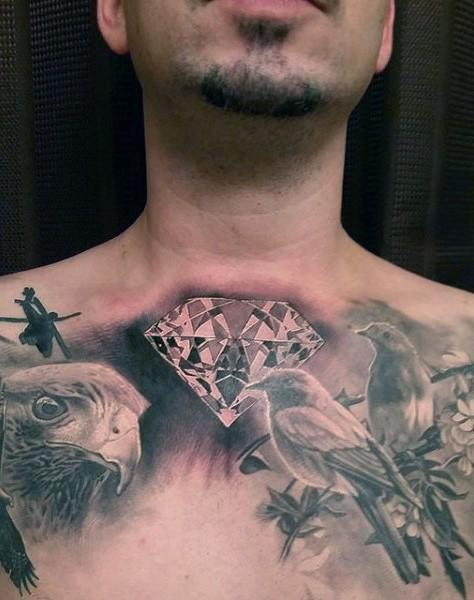 Tatuaje en el pecho,  rostro de águila preciosa con aves lindas y diamante brillante
