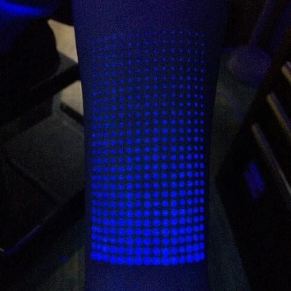 Tatuaje en el brazo, puntos bonitos de tinta ultravioleta