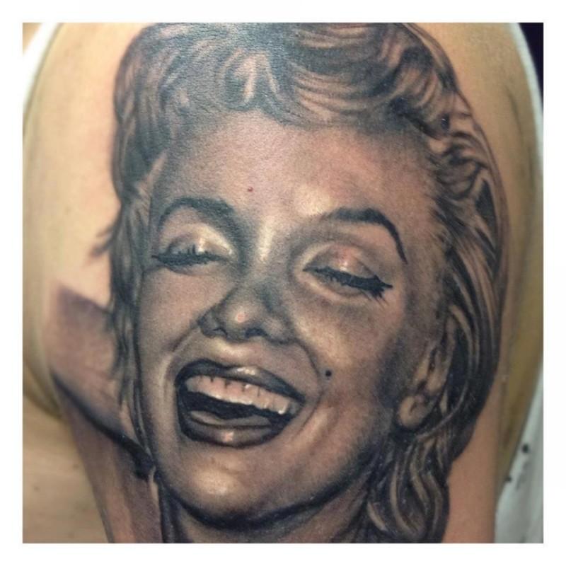 eccezionale realistico inchiostro nero ritatto  Merlin Monroe tatuaggio su spalla