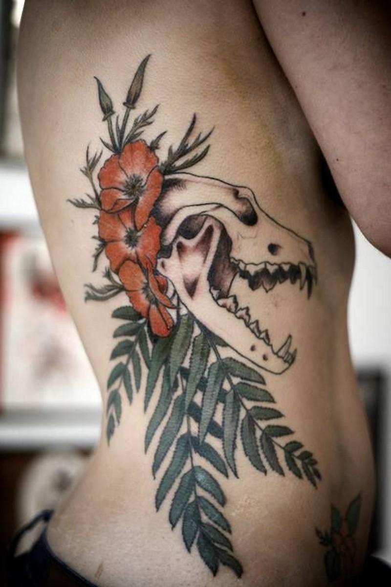 incredibile combinazione colorato fiore con teschio animale tatuaggio su costolette