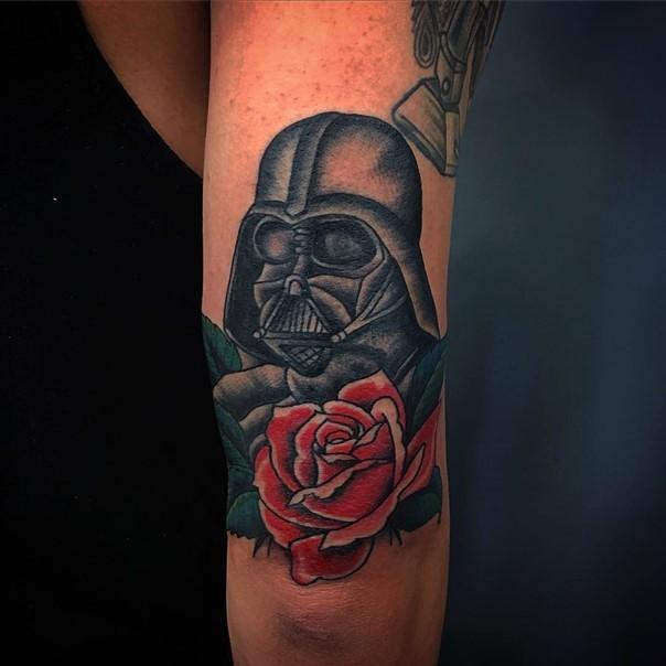 Tatuaje en el brazo, Darth Vader con rosa roja, estilo  old school
