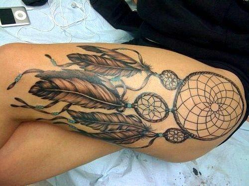 Indianischer Traumfänger mit Federn Tattoo am Oberschenkel