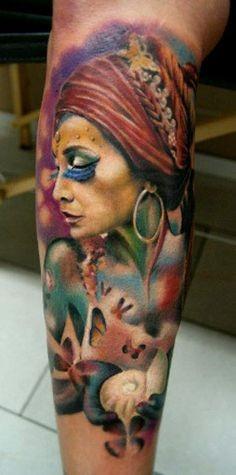 stile indiano molto realistico colorato donna zombie seduttiva tatuaggio su braccio
