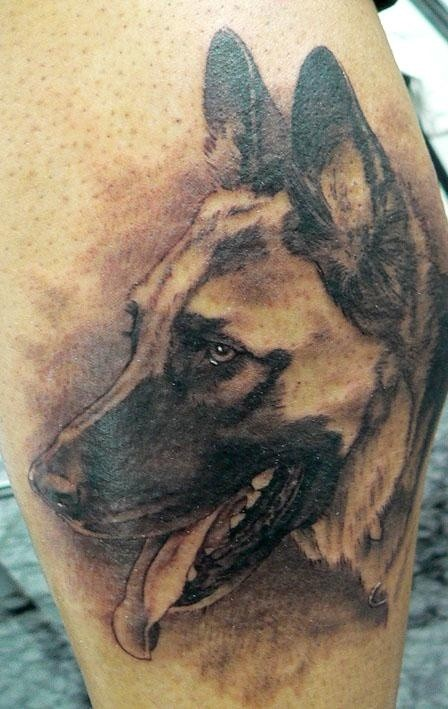 inchiostro grigio pastore tedesco tatuaggio su gamba