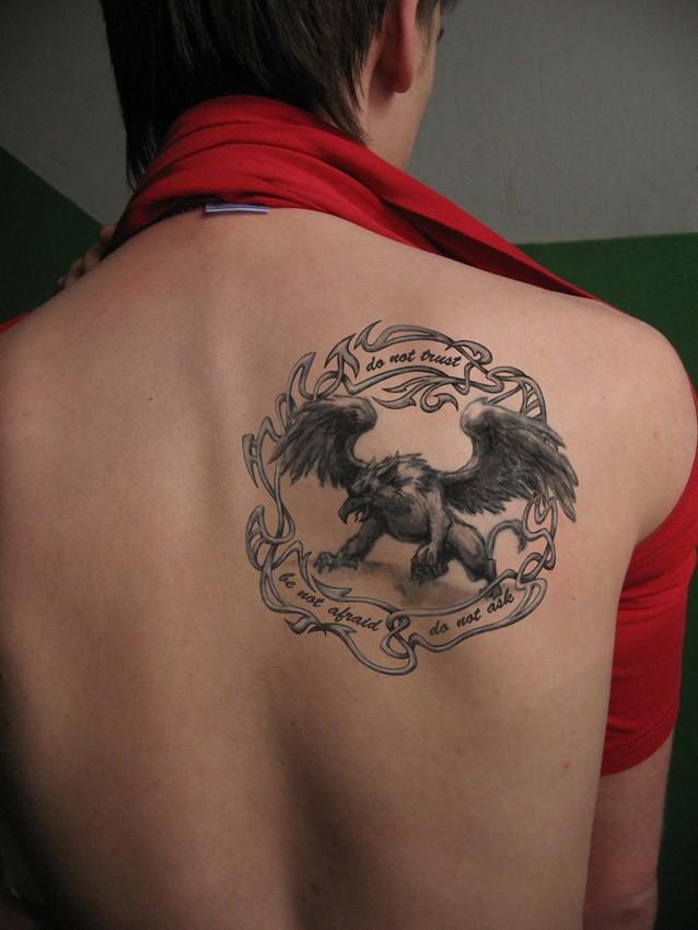 inchiostro grigio grifone in cornice tatuaggio con lettere per maschio
