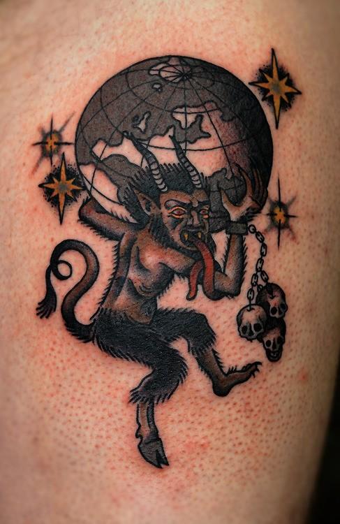 particolare combinazione colorato capra demoniaca con teschi e pianeta tatuaggio su braccio