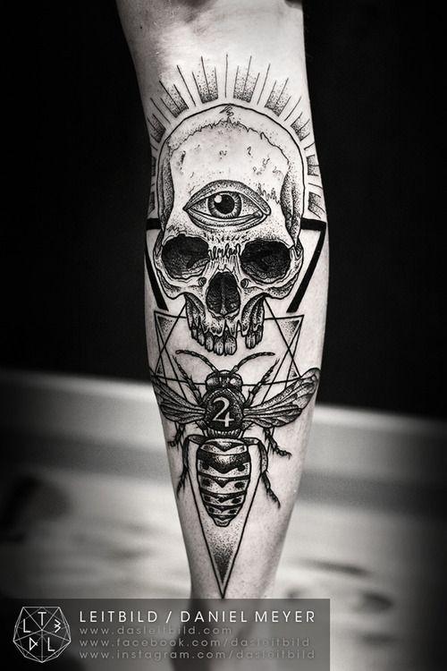 interessante combinazione mistico bianco e nero cranio  con occhio e ape con numero tatuaggio su braccio