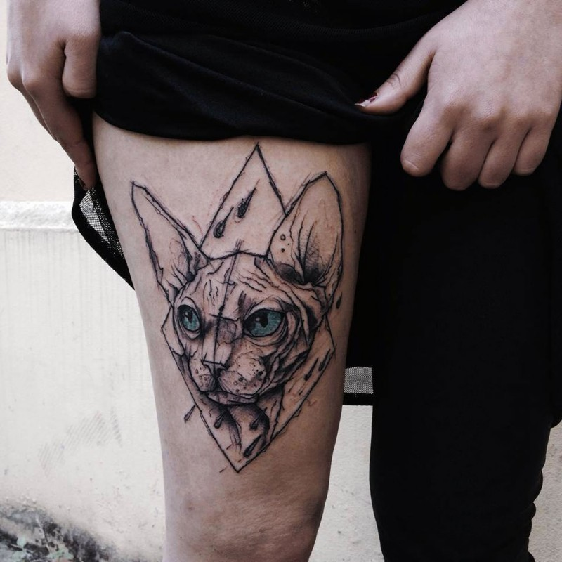 Interesting designed and colored thigh tattoo of cat