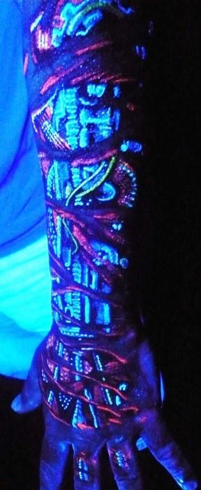 Tatuaje en el antebrazo, brazo biomecánico de tinta ultravioleta