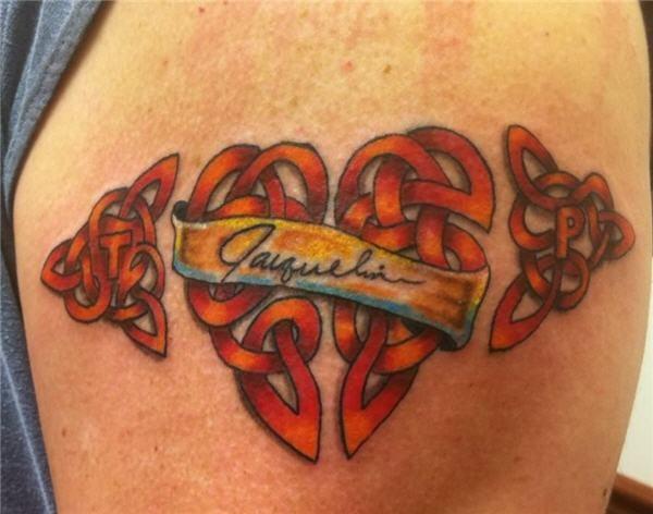 interessante disegno nodo celtico cuore tatuaggio su spalla