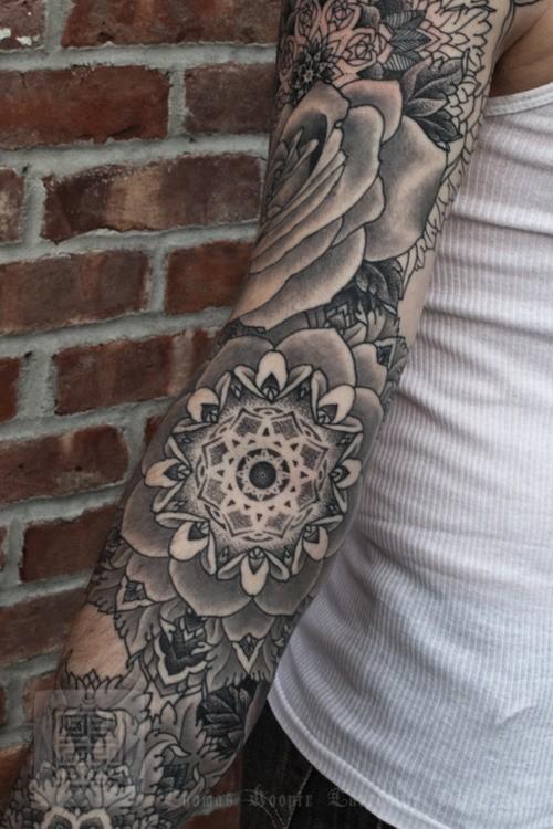 interessante dipinto bianco e nero grande dettagliato fiore tatuaggio avambraccio