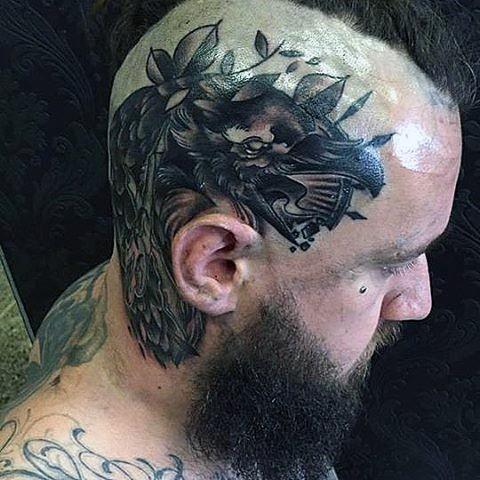 interessante dipinto inchiostro nero corvo tatuaggio su testa