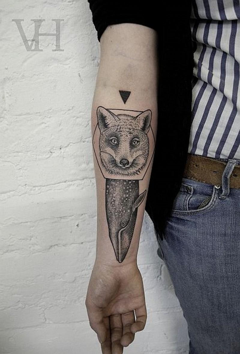 interessante stile dipinto grande volpe e balena inchiostro nero tatuaggio su braccio