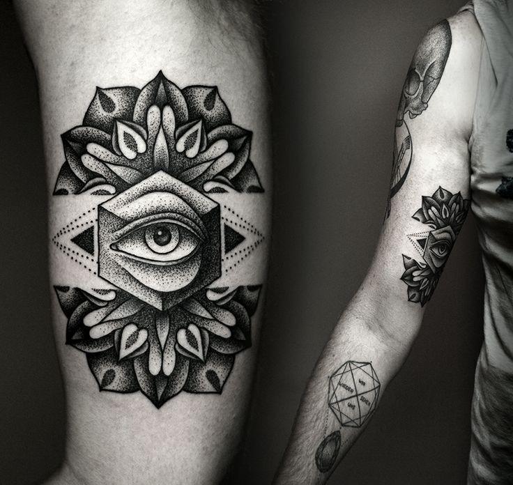 Tatuaje en el brazo, flor estilizado con ojo realista