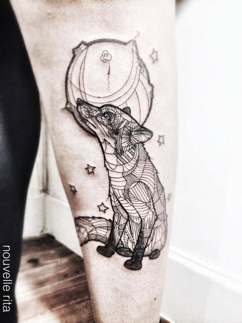 interessante stile dipinto nero e bianco geometrico volpe con pianeta tatuaggio su braccio