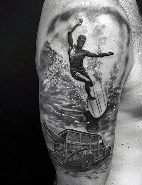 eccezionale stile d&quotepoca inchiostro nero surfista con macchina tatuaggio su spalla
