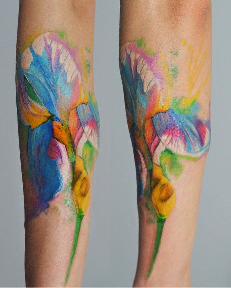 Tatuaggio impressionante sul braccio l&quotiris colorato
