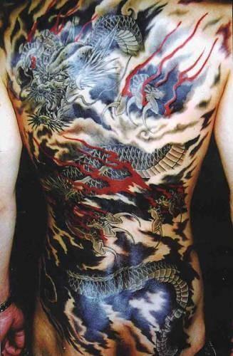 drago giapponese vola in cielo tatuaggio sulla schiena