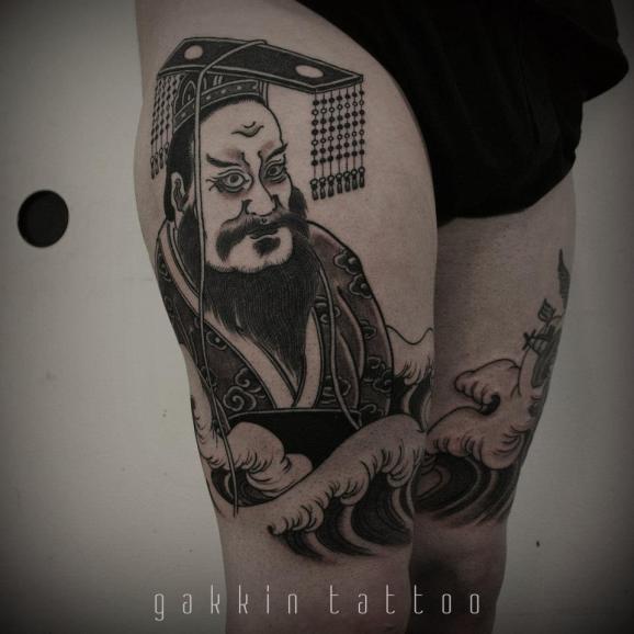 Tatuaggio carino bianco nero sulle gambe l-imperatore giapponese