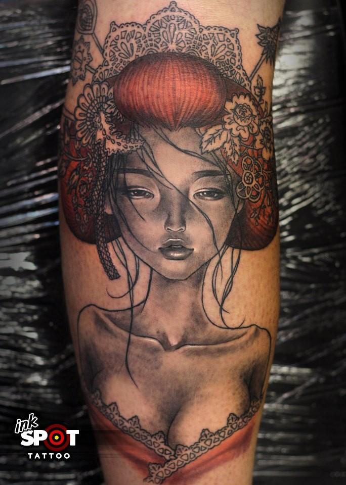Tatuaggio colorato sul braccio geisha sexy