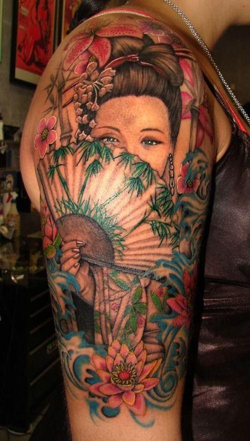 Tatuaggio bellisimo sul braccio la ragazza giapponese con il ventaglio