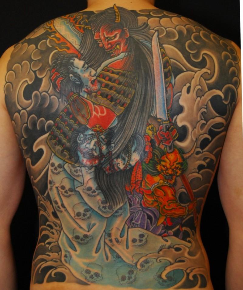 samurai giapponese battaglia tatuaggio colorato sulla schiena