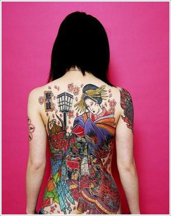 Tatuaggio impressionante colorato su tutta la schiena la scena giapponese