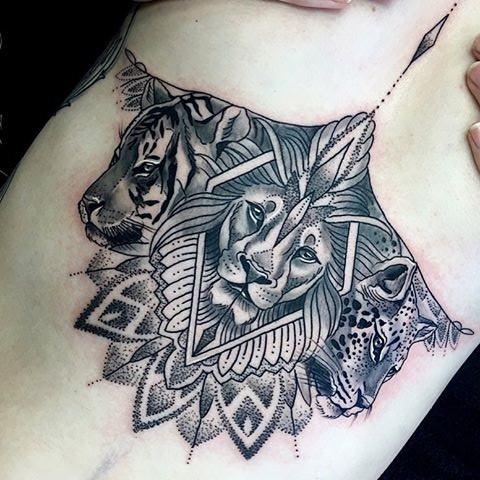 Tatuaggio di grandi dimensioni in stile punto nero con vari ornamenti floreali