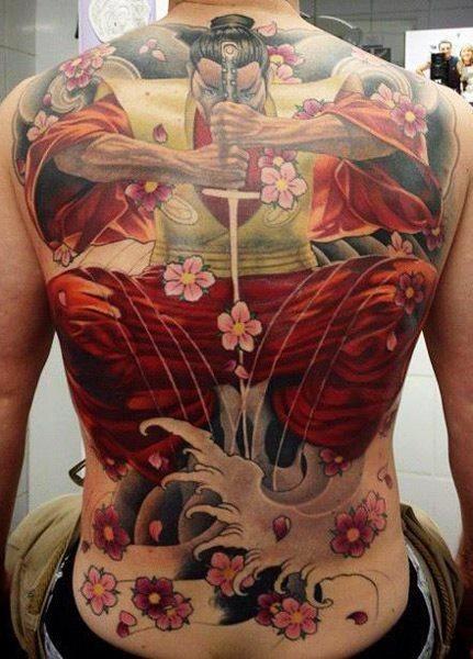 Tatuaggio grande colorato sulla schiena il samurai & i fiori