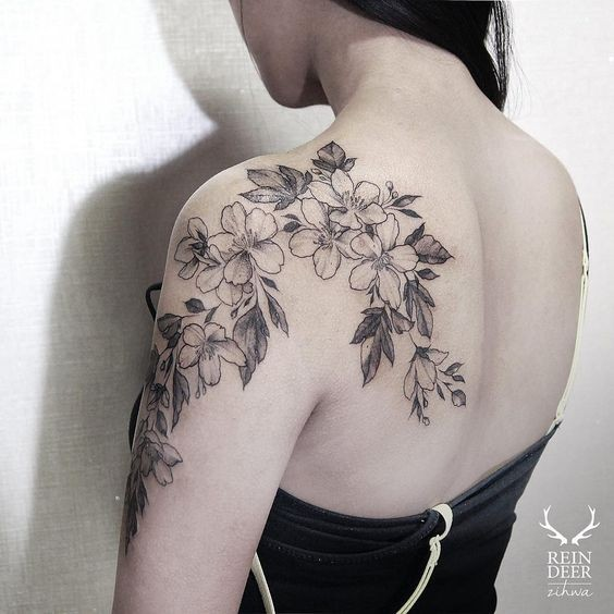 Large incredible looking scapular and shoulder tattoo of nice flowers by Zihwa