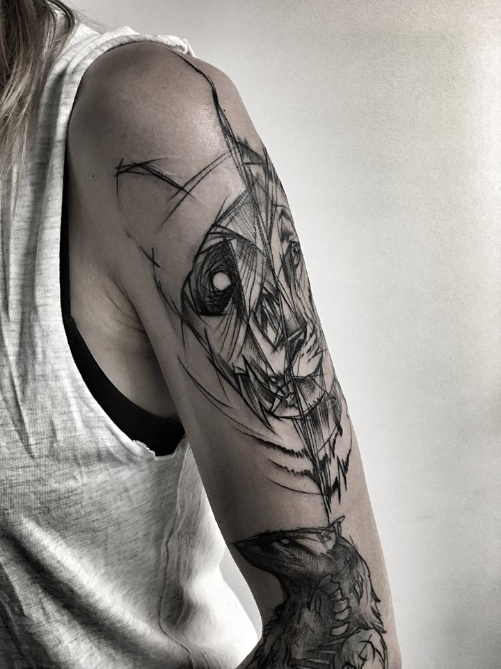 Gran tatuaje del brazo superior separado por Inez Janiak tatuaje del brazo superior de cabezas de león y panda
